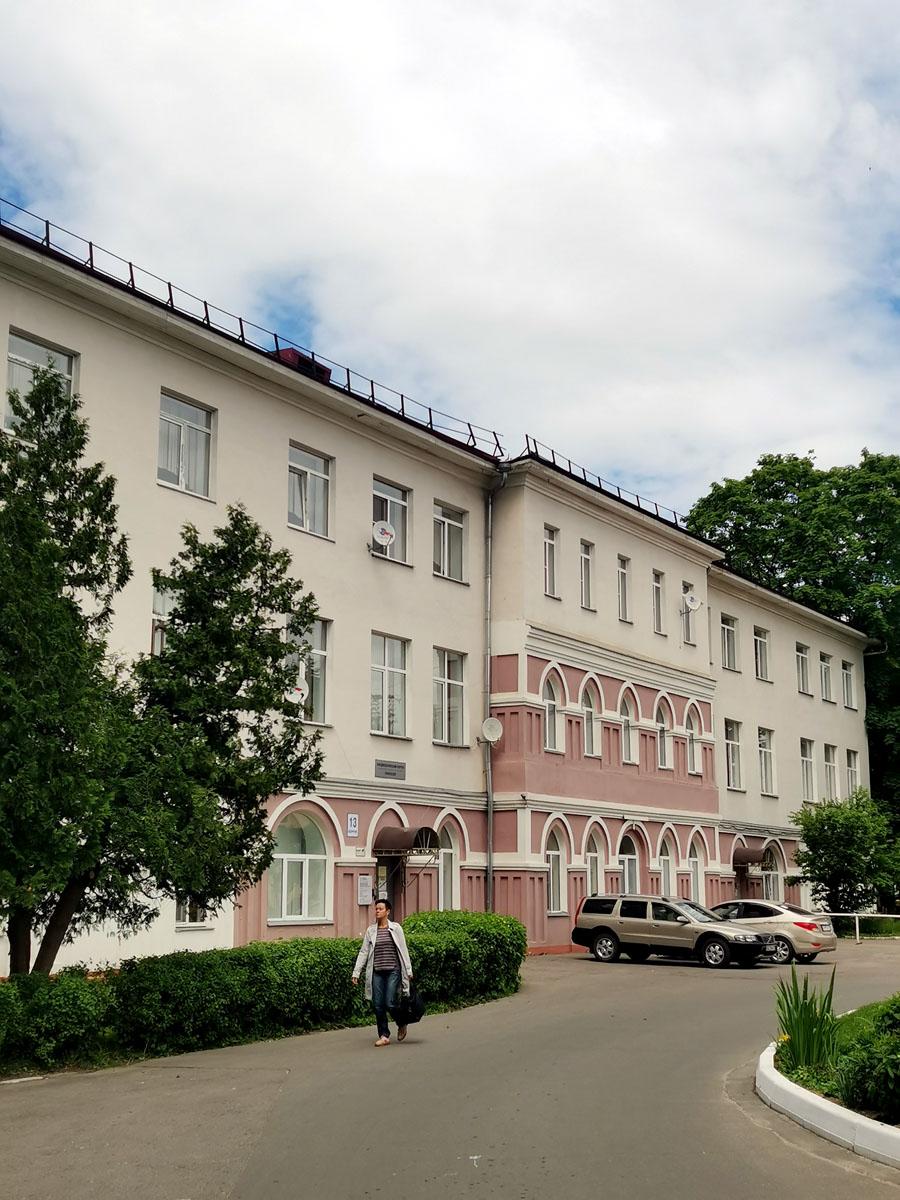 Подольская городская клиническая больница («Земская»). Сразу бросается в глаза более темная часть здания в готическом стиле. Явно это старинное здание вокруг которого пристроили новые помещения...