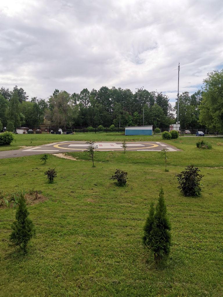 Вертолетная площадка на территории больницы.