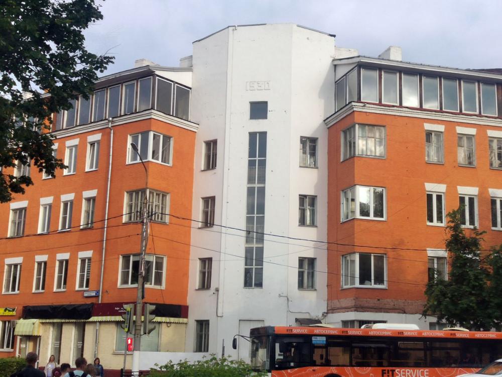 Революционный просп., 25/12. Еще один образец конструктивизма. Жилой дом постройки 1930 года. Пятый этаж в виде курятника надстроили гораздо позже.