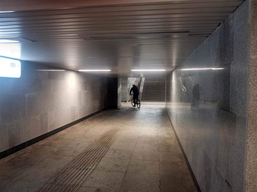 Подземный переход под путями станции Подольск. Из-за угла вылетел велосиПедик и скрылся за поворотом. Надеюсь, никого не сбил. Вот, из-за таких дебилов люди плохо думают про всех велосипедистов.