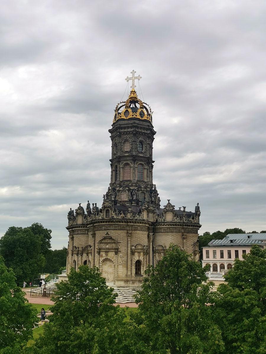 Конечно же восхитительный Храм Знамения Пресвятой Богородицы в Дубровицах.