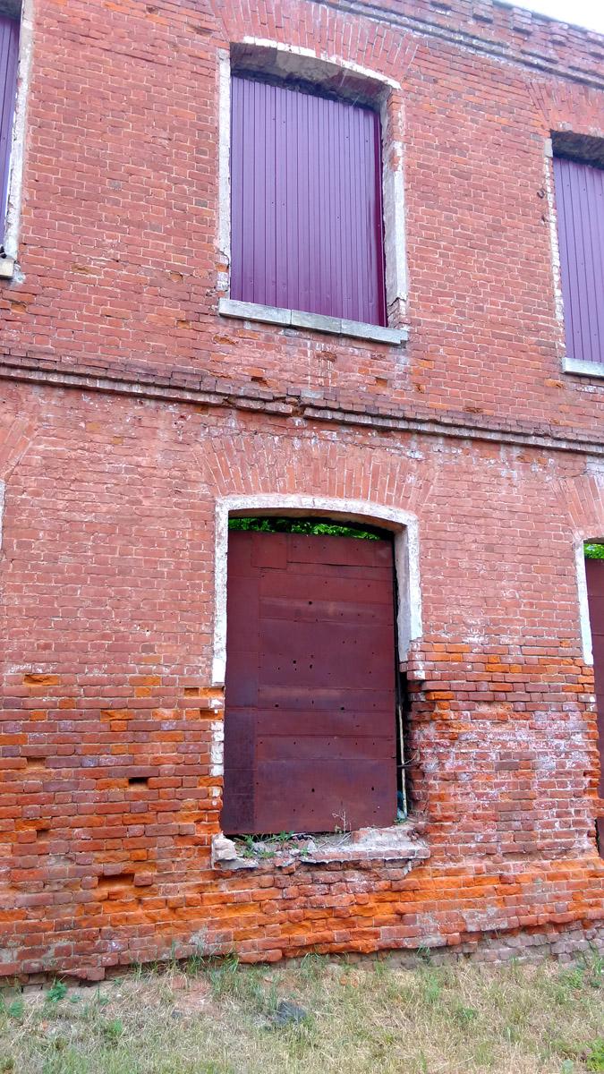 Стена одного из старинных корпусов фабрики.
