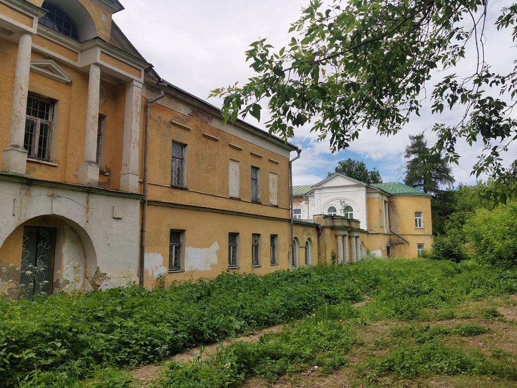 Видно, что по наружному периметру комплекса главного дома стены окрашены в желтый цвет. В отличии от парадного фасада, который в 2010 году был перекрашен в белый или очень светло-серый цвет.