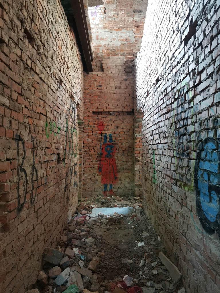 Узкий коридор и в конце фигурка из фильма ужасов...