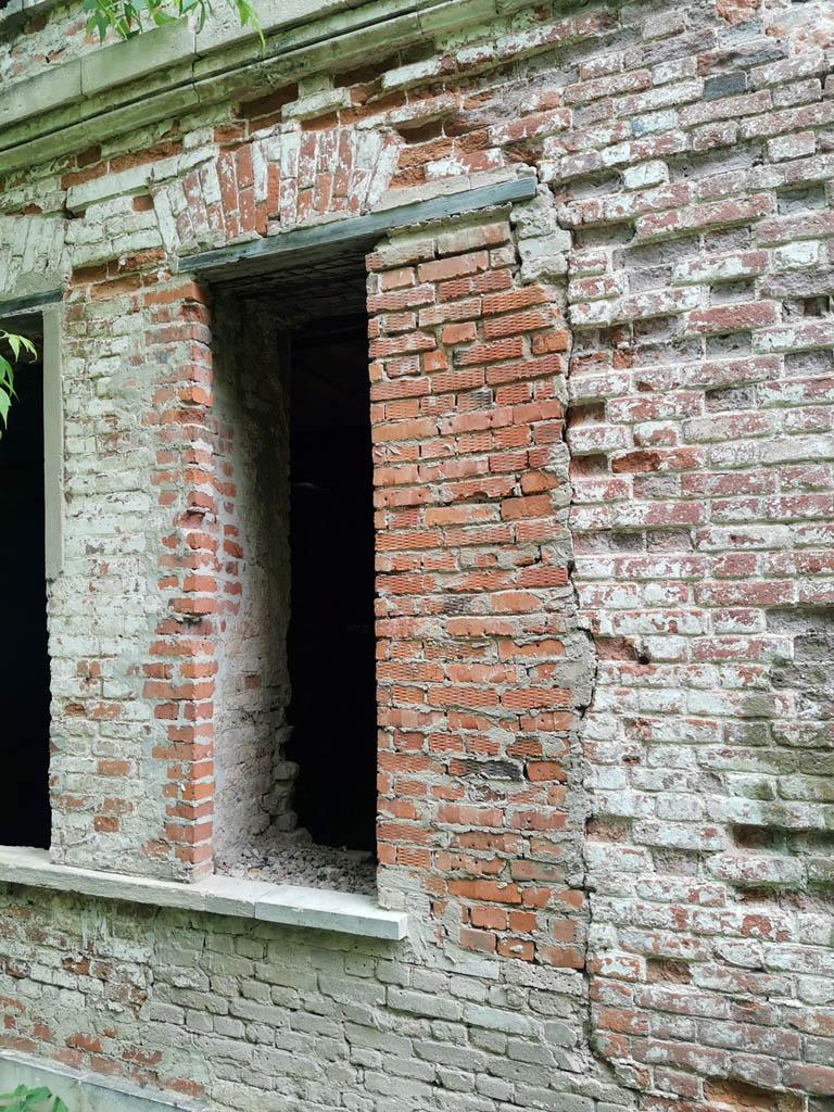 Видно, где в ходе восстановительных работ был положен современный кирпич.