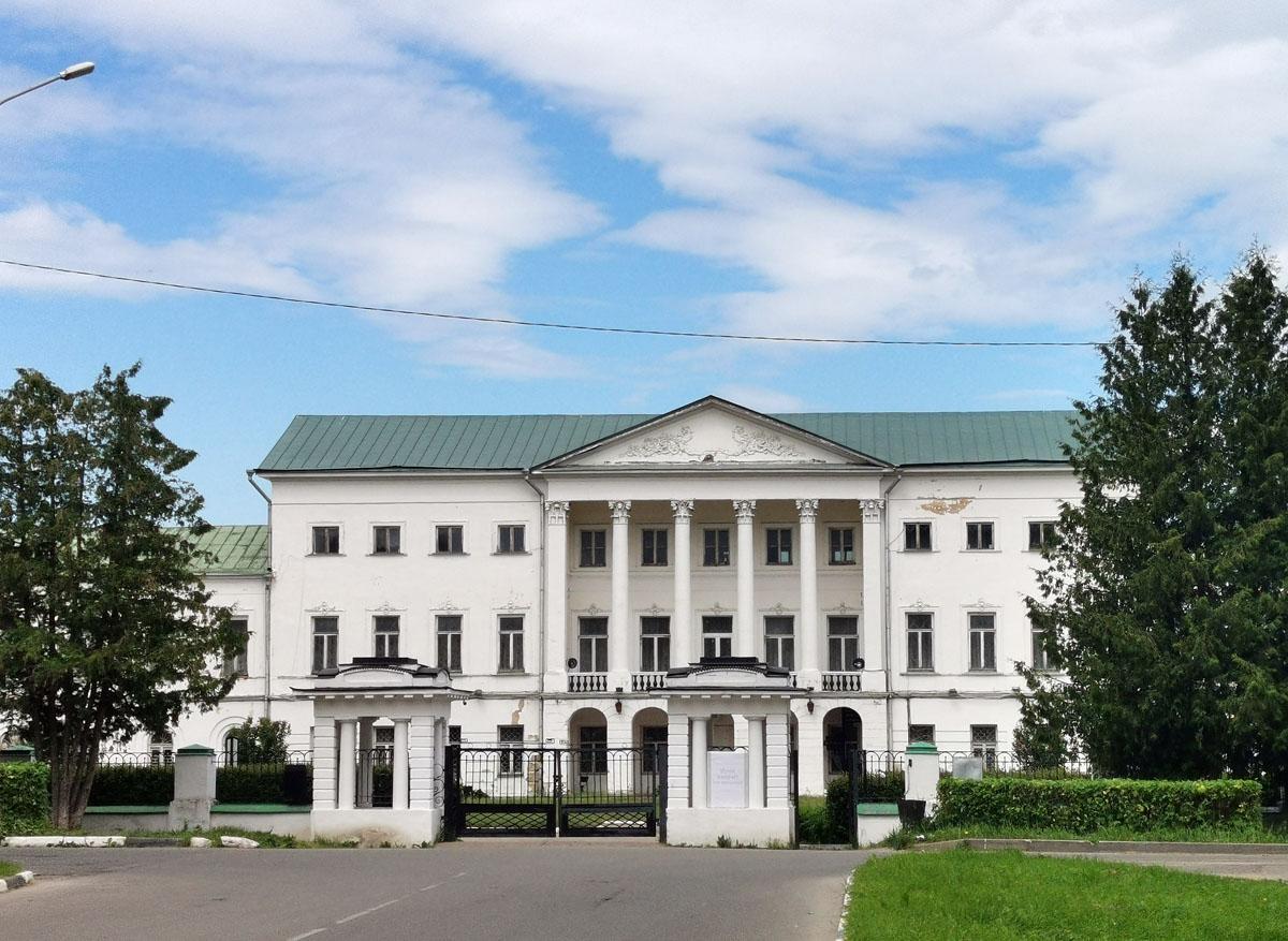 Богатая усадьба, в разное время принадлежавшая Головиным, Толстым, Закревским, Келлерам, Бахрушиным. Впервые Ивановское, как вотчинное владение, упоминается в 1627 году. Название усадьбы происходит от имени первых владельцев окрестных земель.