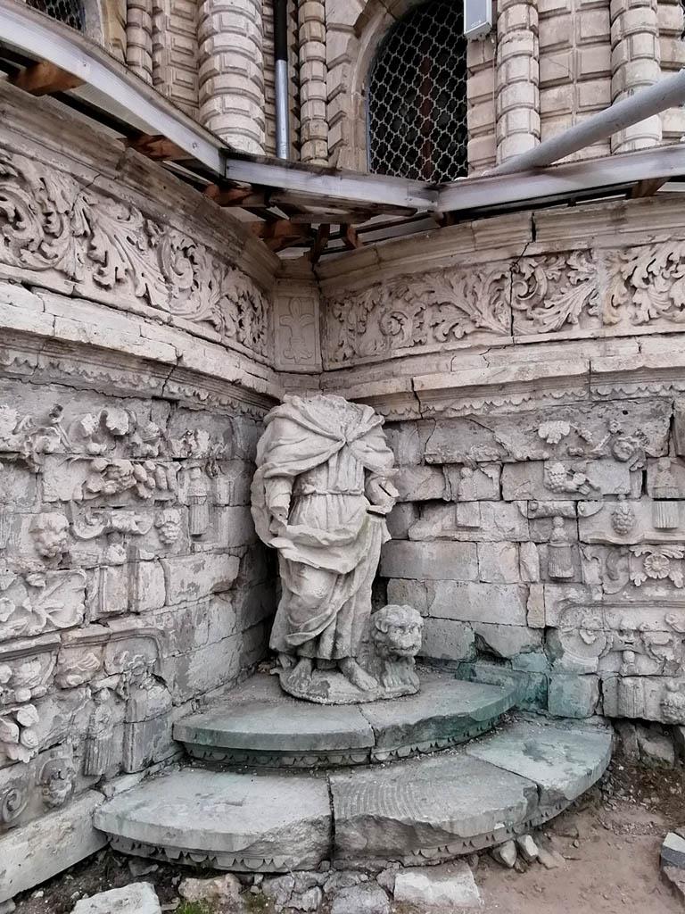 А уже при входе нас здесь встречают статуи святителей Григория Богослова и Иоанна Златоуста. Их дополняет расположенное на крыше такое же изображение Василия Великого. По углам цоколя находились четыре евангелиста, вокруг башни установлено двенадцать апостолов