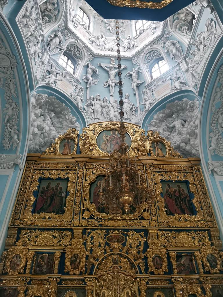 В интерьере много рельефных изображений.  Это и цикл Страстей Господних, и фигуры ветхозаветных пророков.