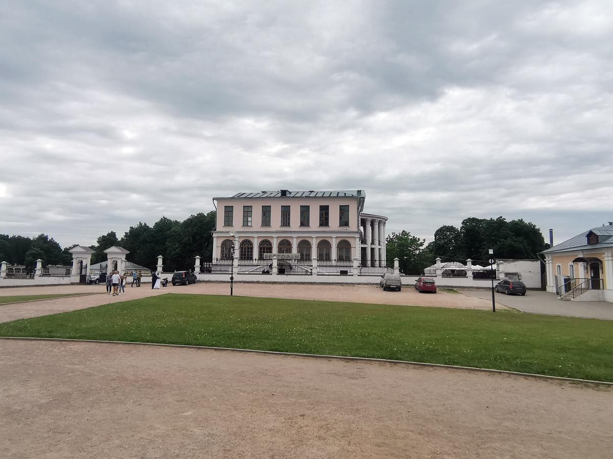 Слева направо: ворота, главный дом и Воскресная школа — Копия-новодел утраченного усадебного северо-восточного флигеля XVIII века.