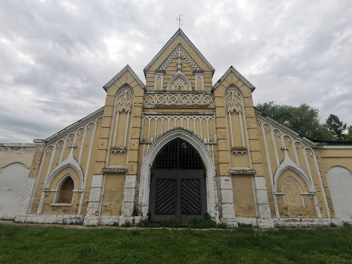 Комплекс Конный двор был построен при князе Голицыне в готическом стиле.