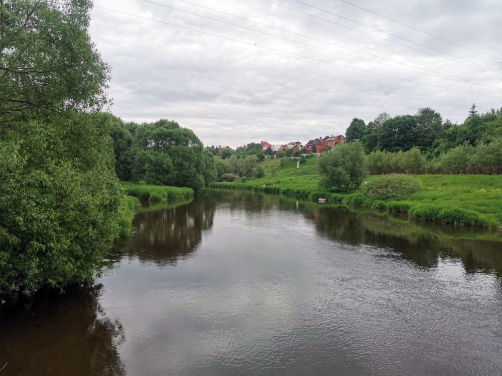 Вид с моста вниз по течению.