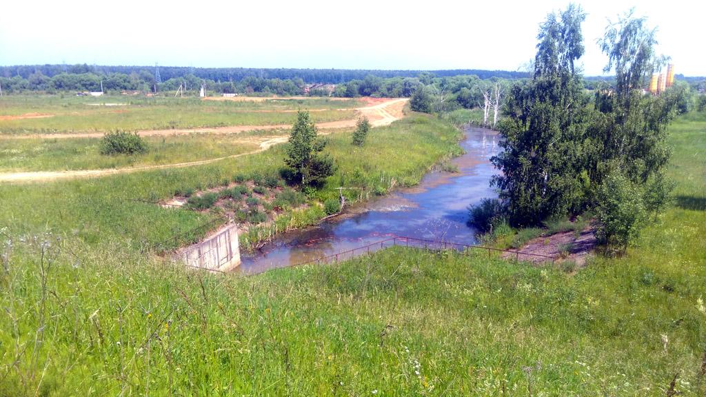 Водослив плотины. Далее вода впадает в речку Гнилуша.