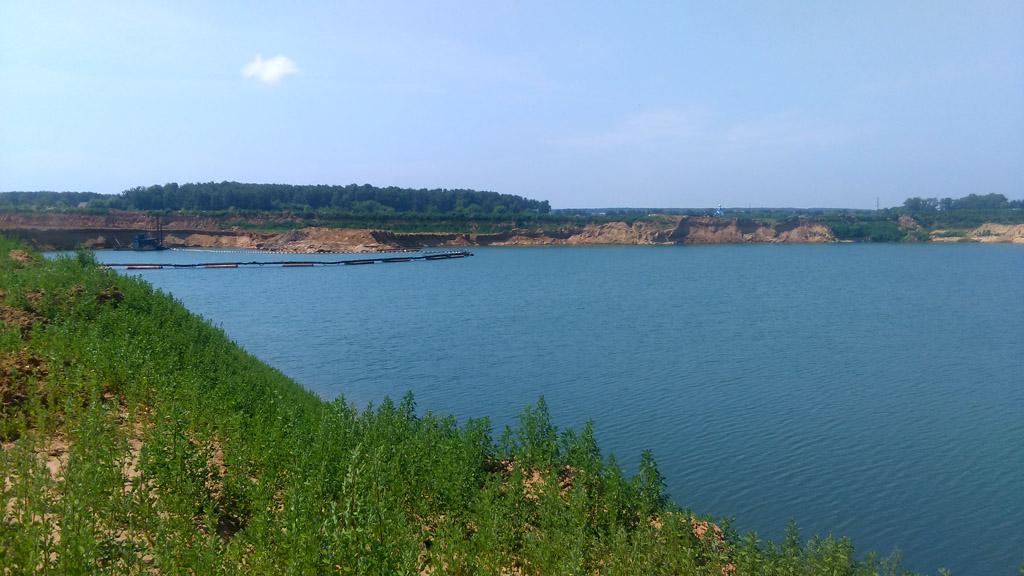 А вот вода в рядом расположенном карьере впечатляет своей окраской!