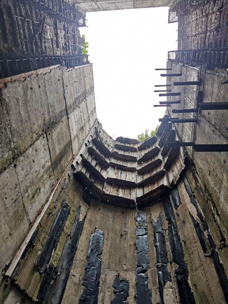 Глубокие шахты по обе стороны гидроузла. Возможно здесь должны были быть механизмы привода створок плотины.