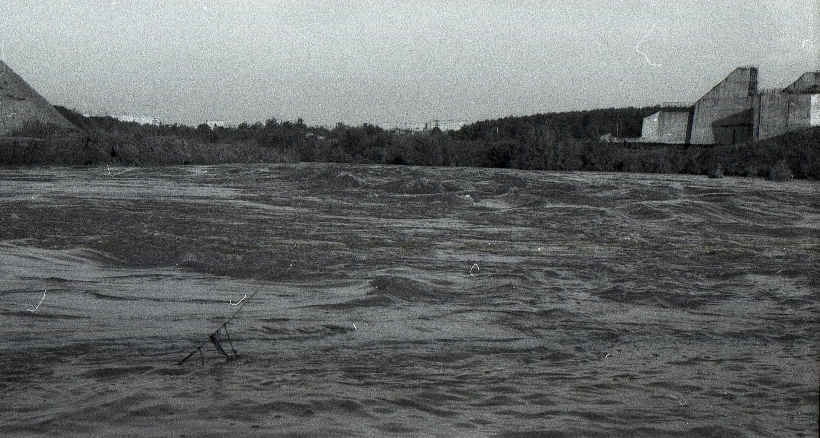 Это не пробный пуск. Летом 1997 прошли сильные дожди, уровень воды поднялся на 2-2,5 метра от обычного, даже затопило подвесной мост в Лемешово. Подобный подъем уровня воды был и летом 2020-го.