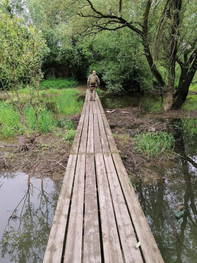 Пешеходный мост через реку. Весной его заливает высокий уровень воды.