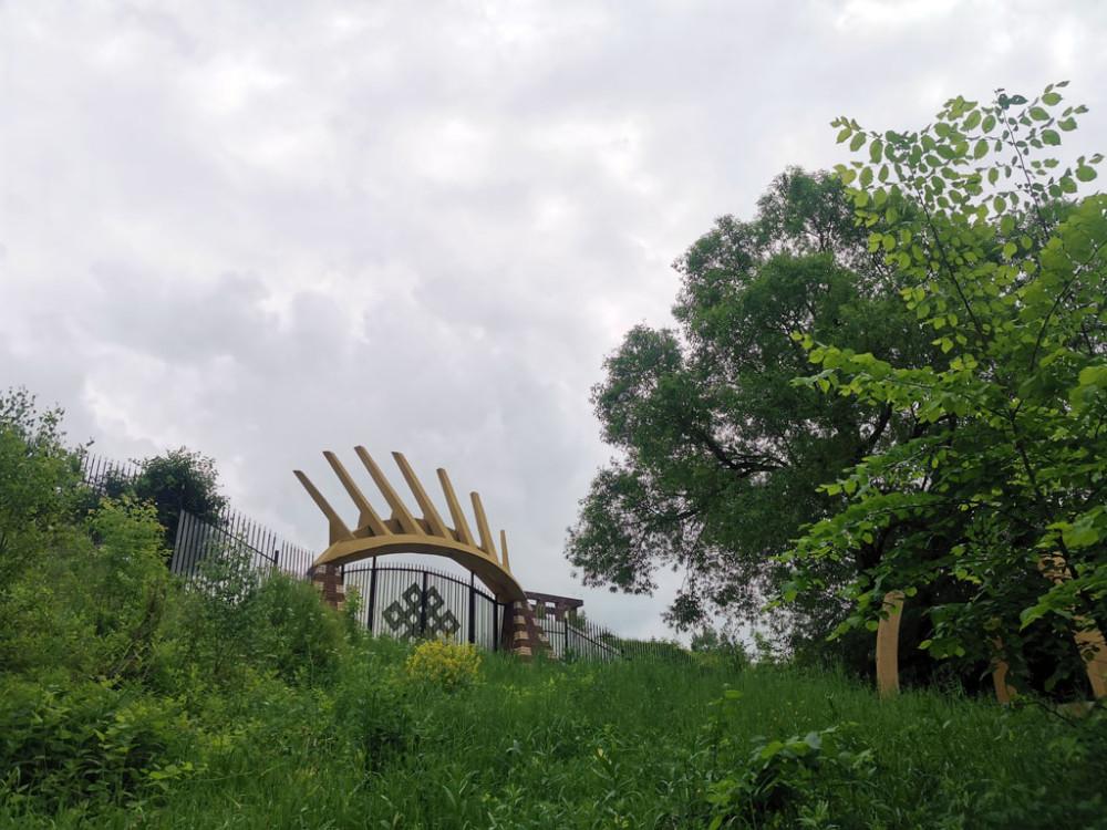 Ворота на территорию с пирамидой Майя в Никитском. В этот раз не стал ее фотографировать.