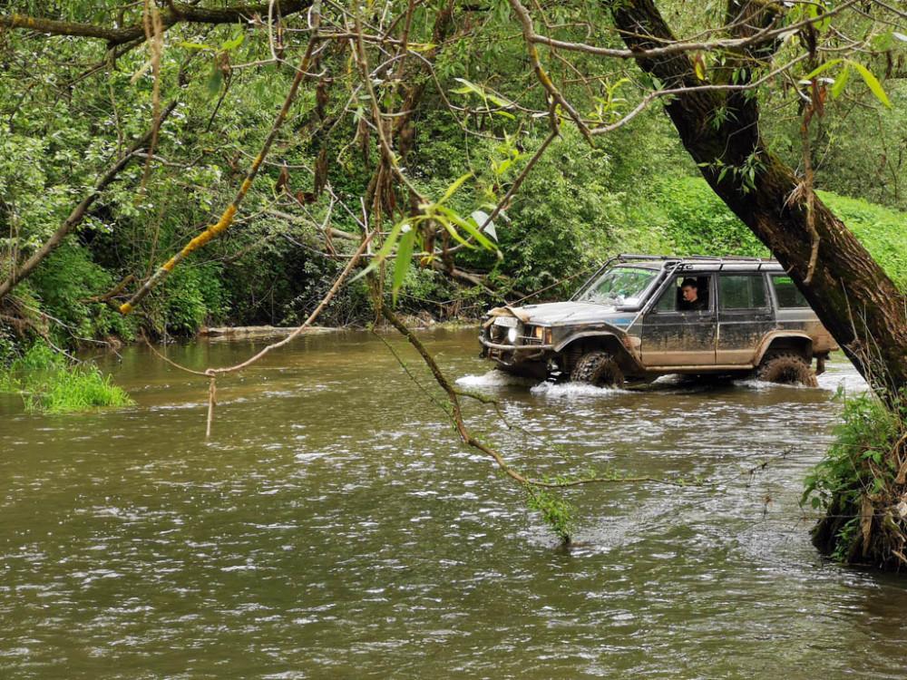 А вот и пару любителей измазюкаться в глине и потом смыть ее проехавшись по руслу реки.