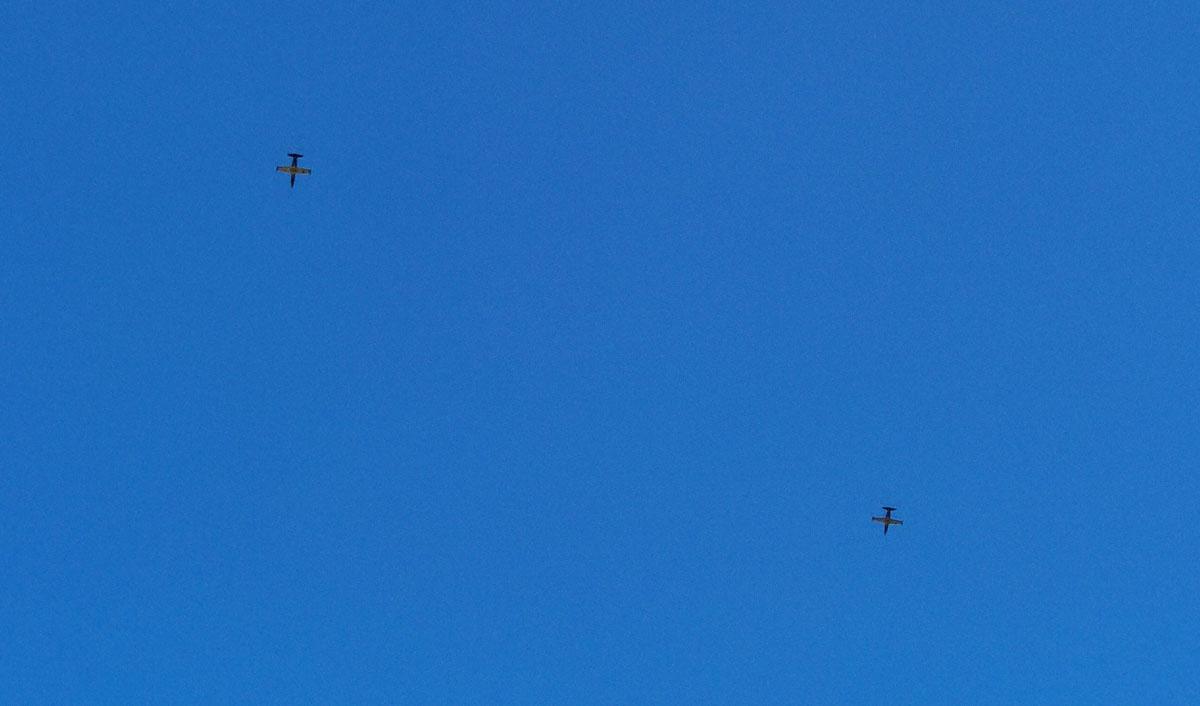 Все время пока были на пляже, в небе кружила пара Альбатросов. Точнее, реактивный учебно-тренировочный самолет Aero L-39 Albatros чехословацкого производства. Причем, низко они пролетали в тот момент, когда смартфон был на берегу, а я воде...