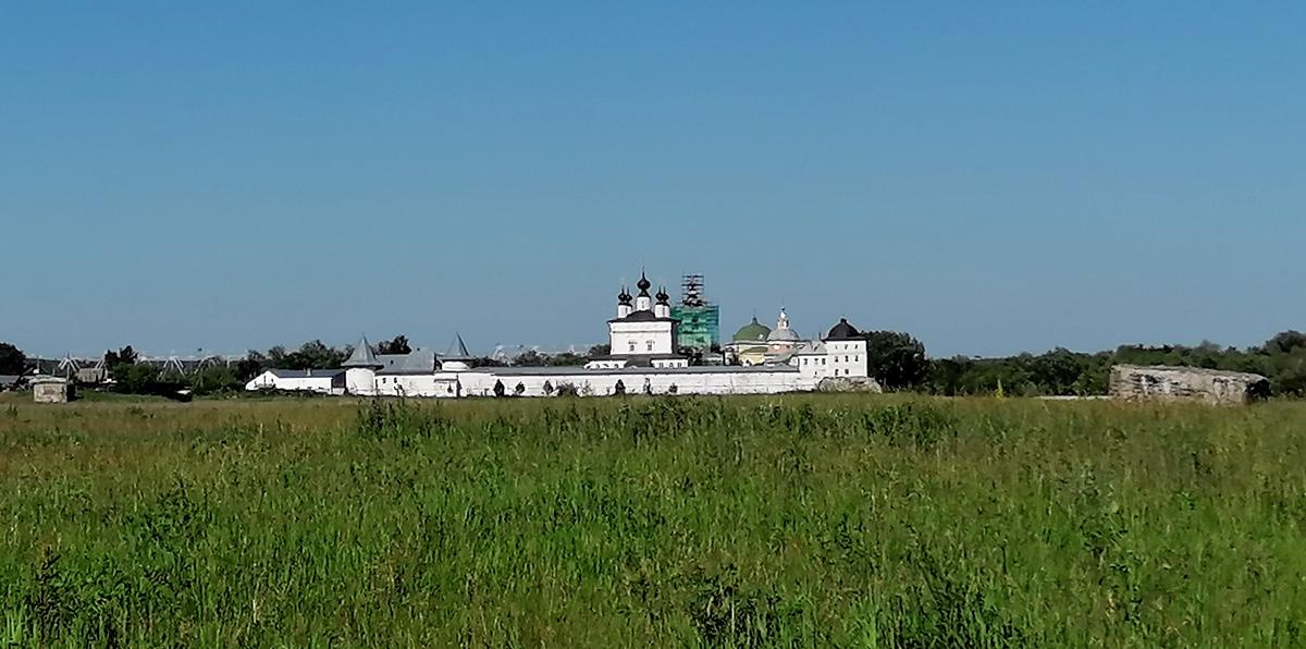 А мы сделав небольшую прогулку до Оки, идем в стороны станции через Свято-Троицкий Белопесоцкий женский монастырь.