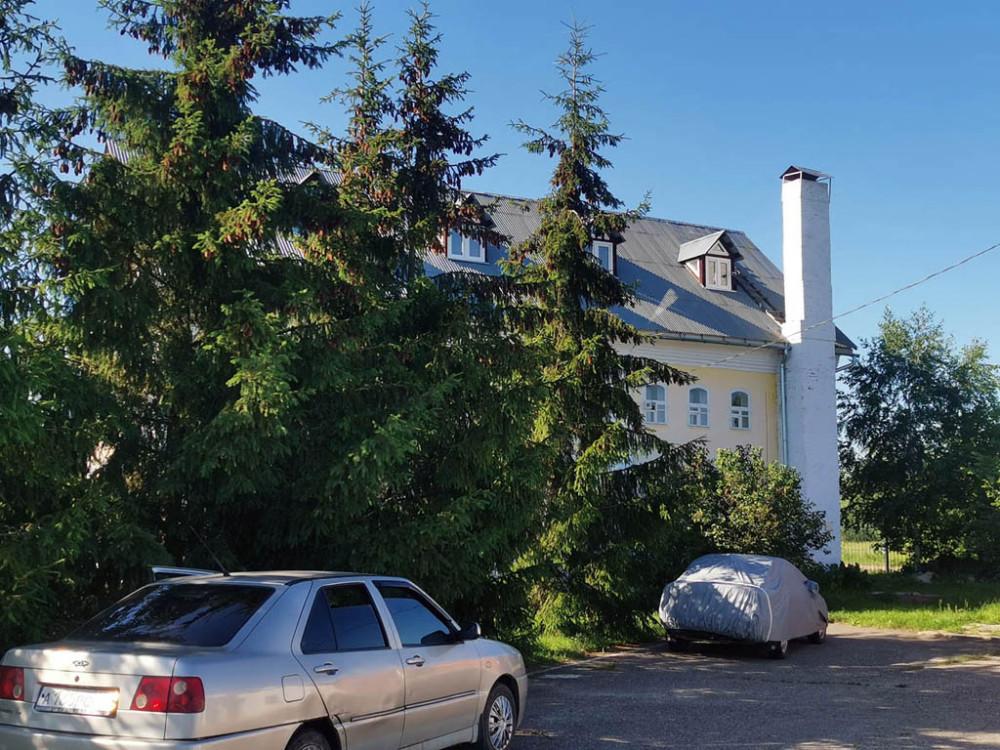 За крепостные стены монастыря не стали заходить. Сфоткали только окруженную елками Воскресную школу. Бывшая монастырская гостиница. Построена в 1863 г.