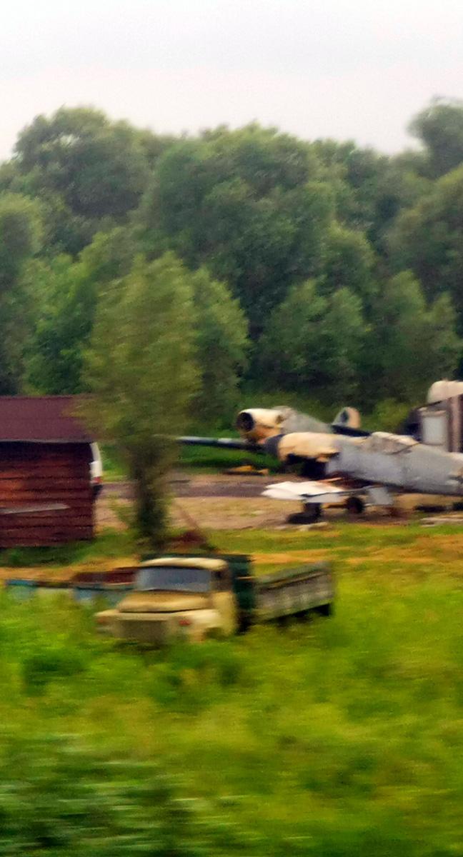 Пара Bf-109 на площадке хранения техники для кинофильмов. Фото сделал из окна проносящегося мимо поезда, поэтому не обессудьте, качество не очень...