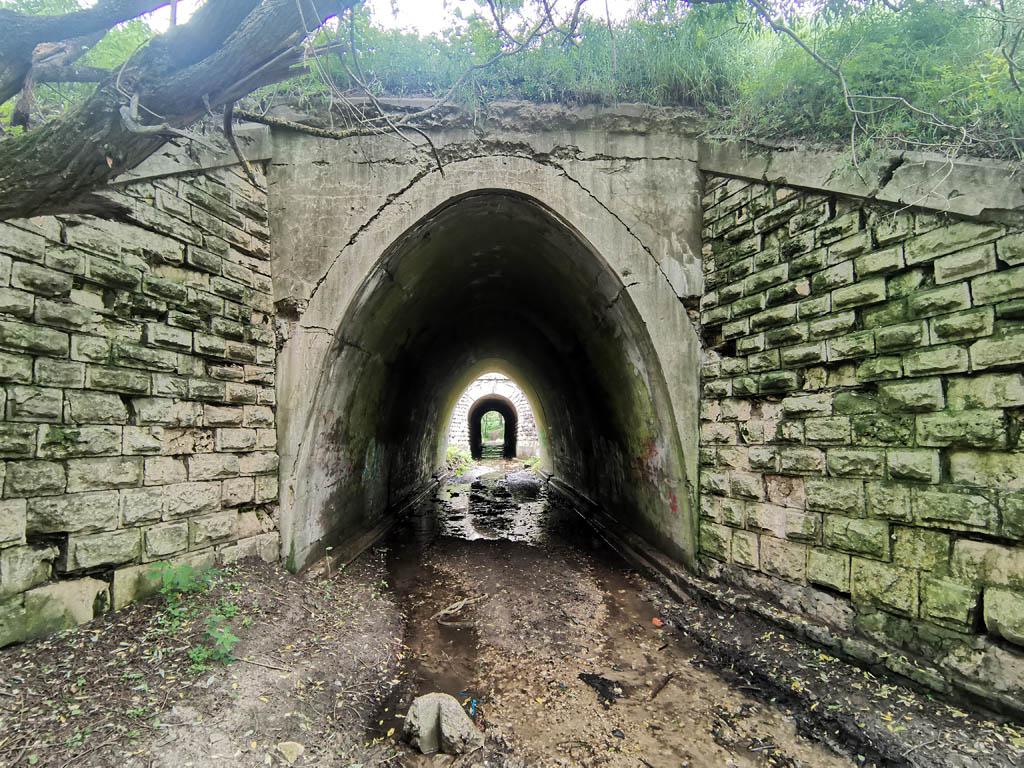 """3 июля 2021г. Труба-арка под железнодорожной насыпью в районе платформы АКРИ. Координаты:  54°52'31""""N 38°6'55""""E."""