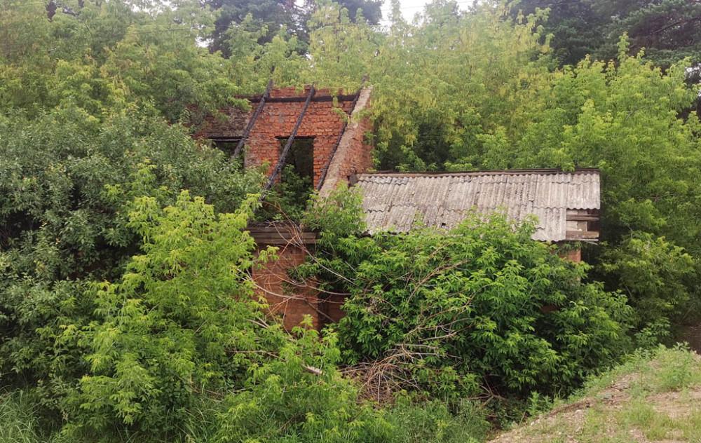 Еще одно старинное здание у платформы — разрушенный казарменный сарай.