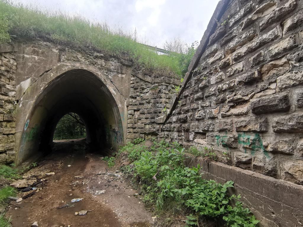 Точнее тоннелей два, по числу насыпей.
