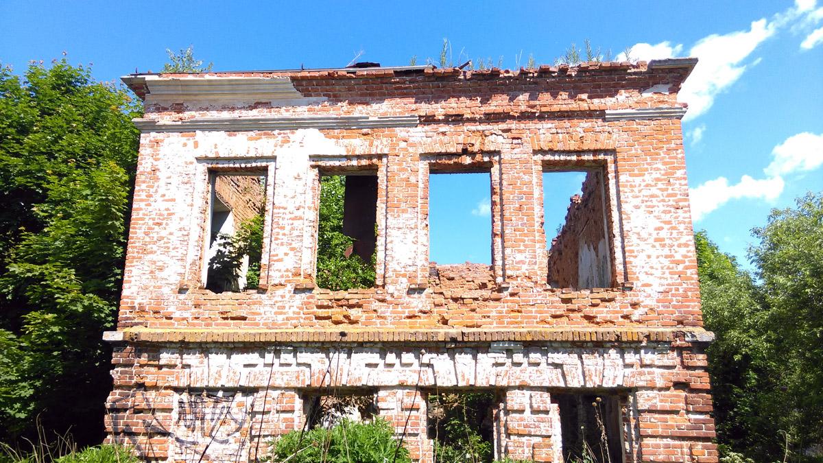 Руины служебного флигеля усадьбы Молоди.