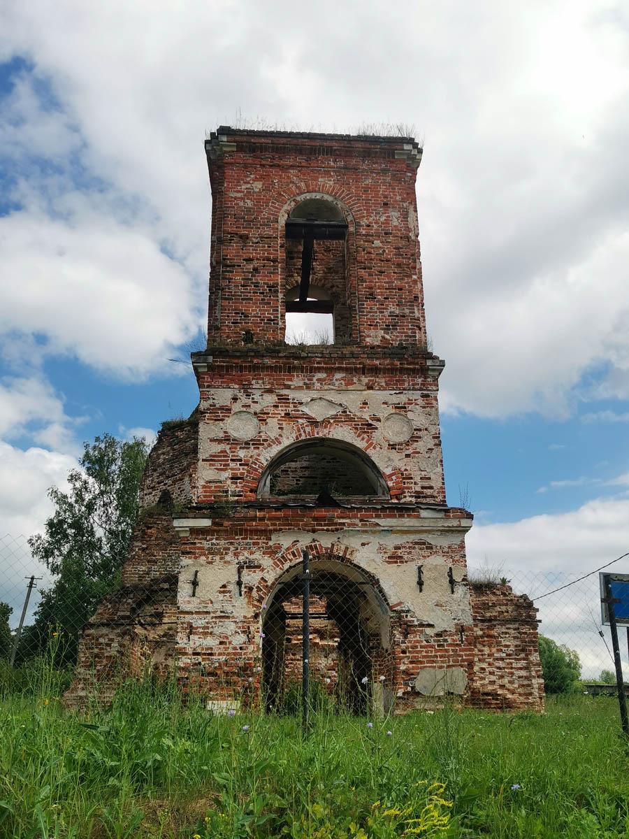 А нам пора дальше. Идем к дороге на деревню Алешково и усадьбу.