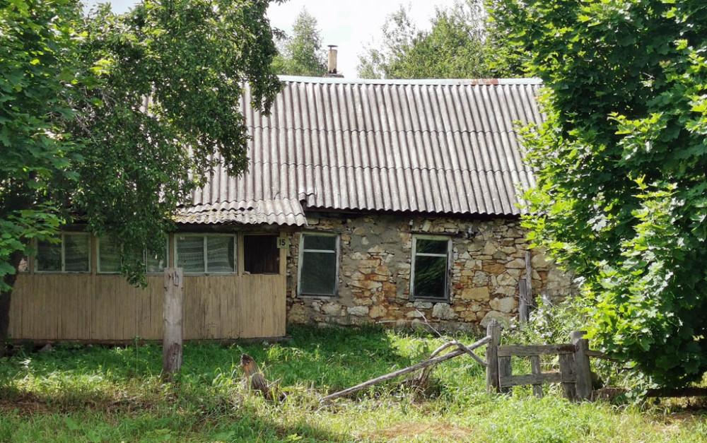 Входим в село Алешково. Здесь есть очень интересные домики, например, этот сложенный из известняка.