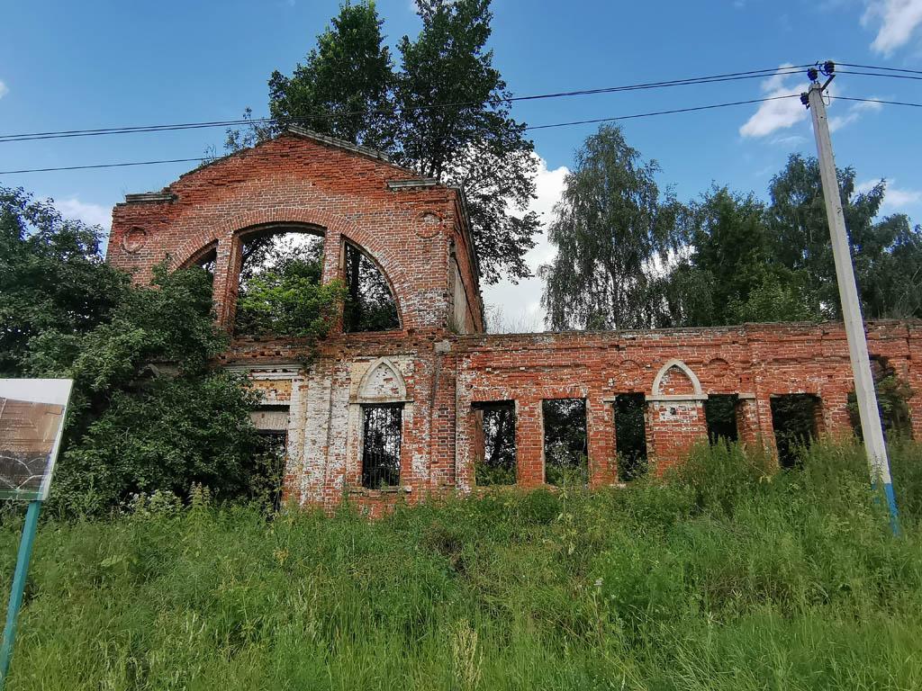 Слева от дороги руины конного двора усадьбы Алёшково