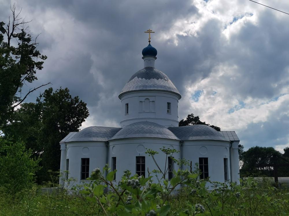Два других придела храма освящены во имя Святителя Николая Мирликийского и преподобномученницы Евдокии.