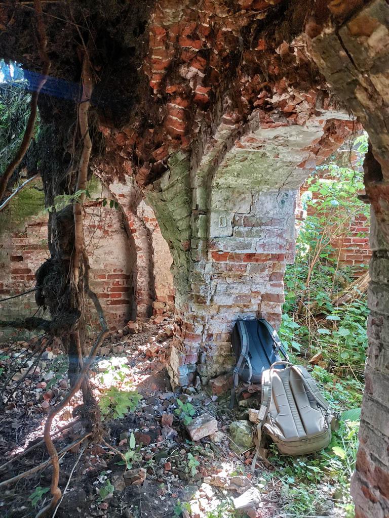 В этой части руин есть интересное помещение...