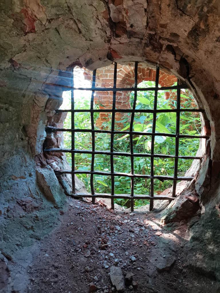 Здесь так же есть круглое окно и более того, сохранилась решетка.