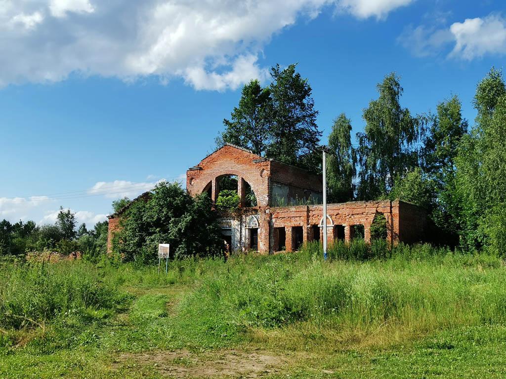 После осмотра руин главного дома, снова проходим рядом с руинами конюшенного двора... После хождения в высокой траве под жарким солнцем, немного устали...