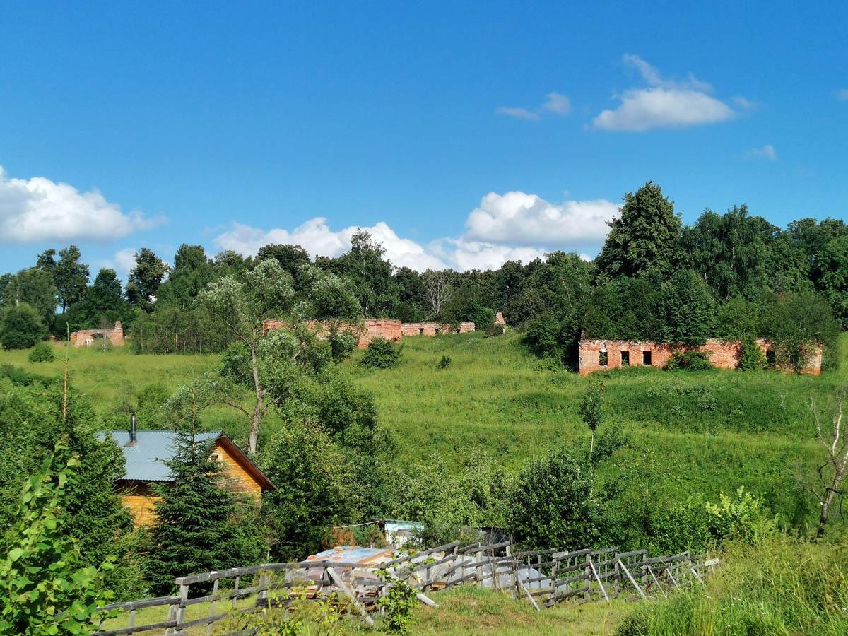 Вид со стороны села Алешково на усадьбу.