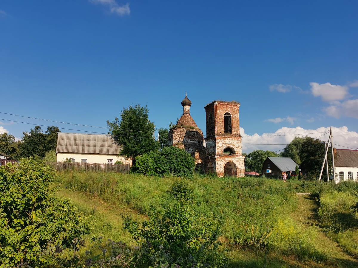 Осмотрев усадьбу Алешково, мы снова вернулись по дороге через лес в село Суково.