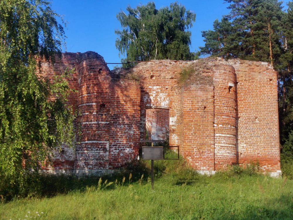 И действительно с этой стороны храм в нынешнем своем состоянии больше напоминает крепость.