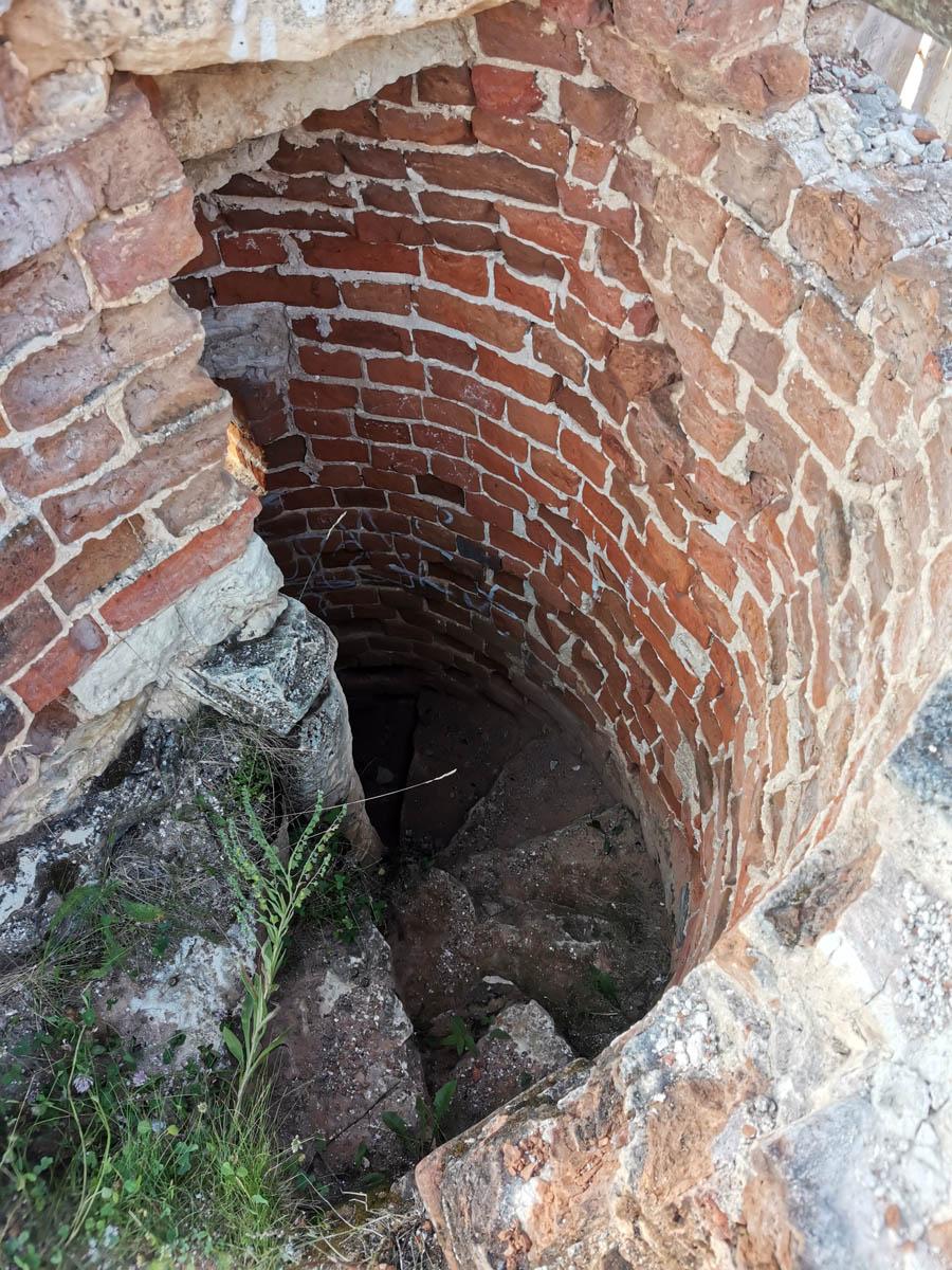Одна из двух винтовых лестниц внутри стен крепости. то есть храма.