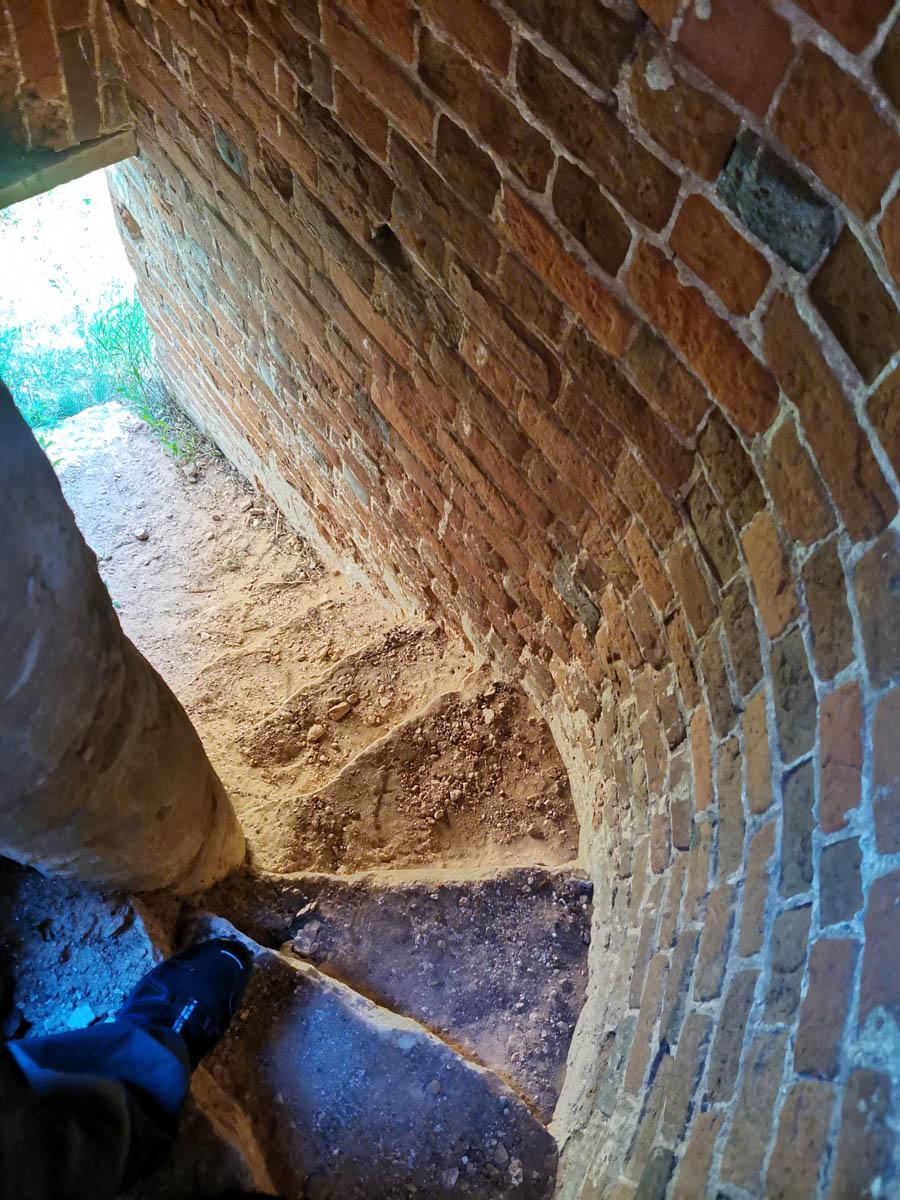 Винтовая лестница в стене храма на окраине села Батайки