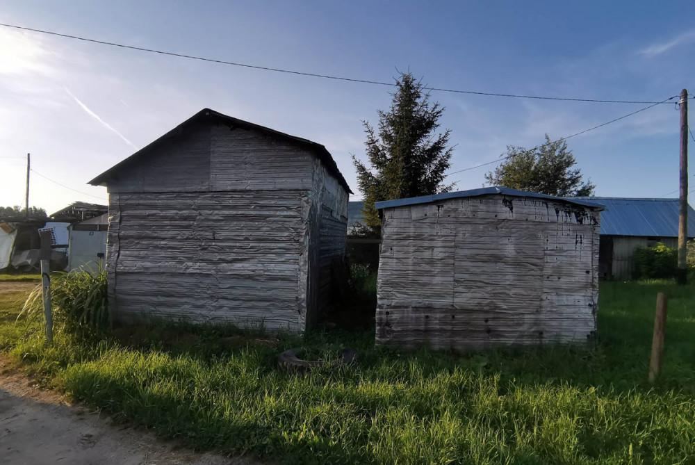 Деревня Городище, Архитектурный ансамбль выполненный в едином стиле из специально профилированных листов алюминия.