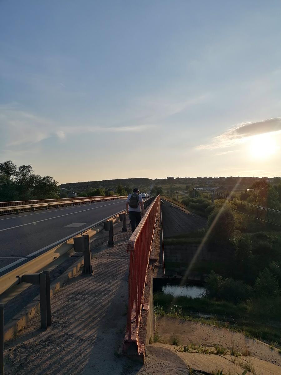 Мост через реку Каширку. Солнце уже низко. Позади примерно 20км пути, но из-за жары сильно устали. Решили подождать автобус. На остановке встретили еще одну группу туристов, обменялись впечатлениями о наших походах.