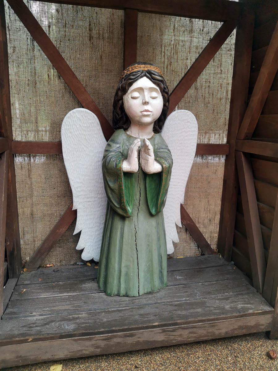 Ангелочек на детской площадке при церкви.