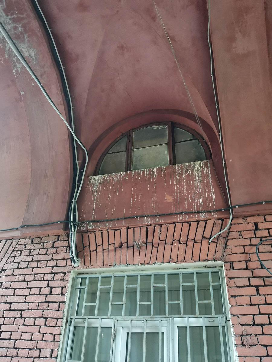 Даже в арке сделаны окна.