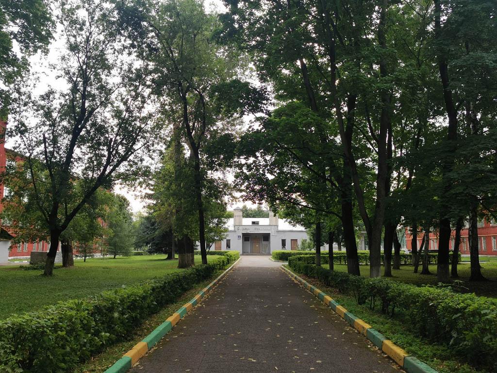 Аллея во дворе Общежития № 1. Здание общежития построено в 1932 году. С 10 сентября 2018 года — выявленный объект культурного наследия.