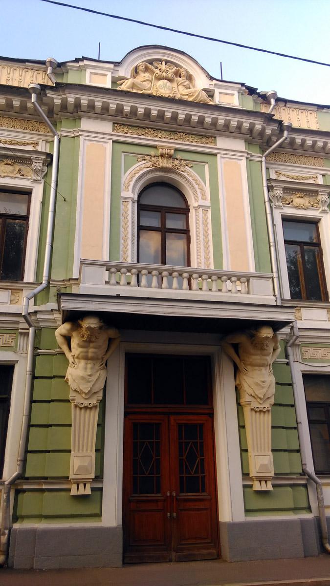 1895—1898гг. Внутренняя отделка главного дома А. В. Морозова и перестройка корпуса во дворе