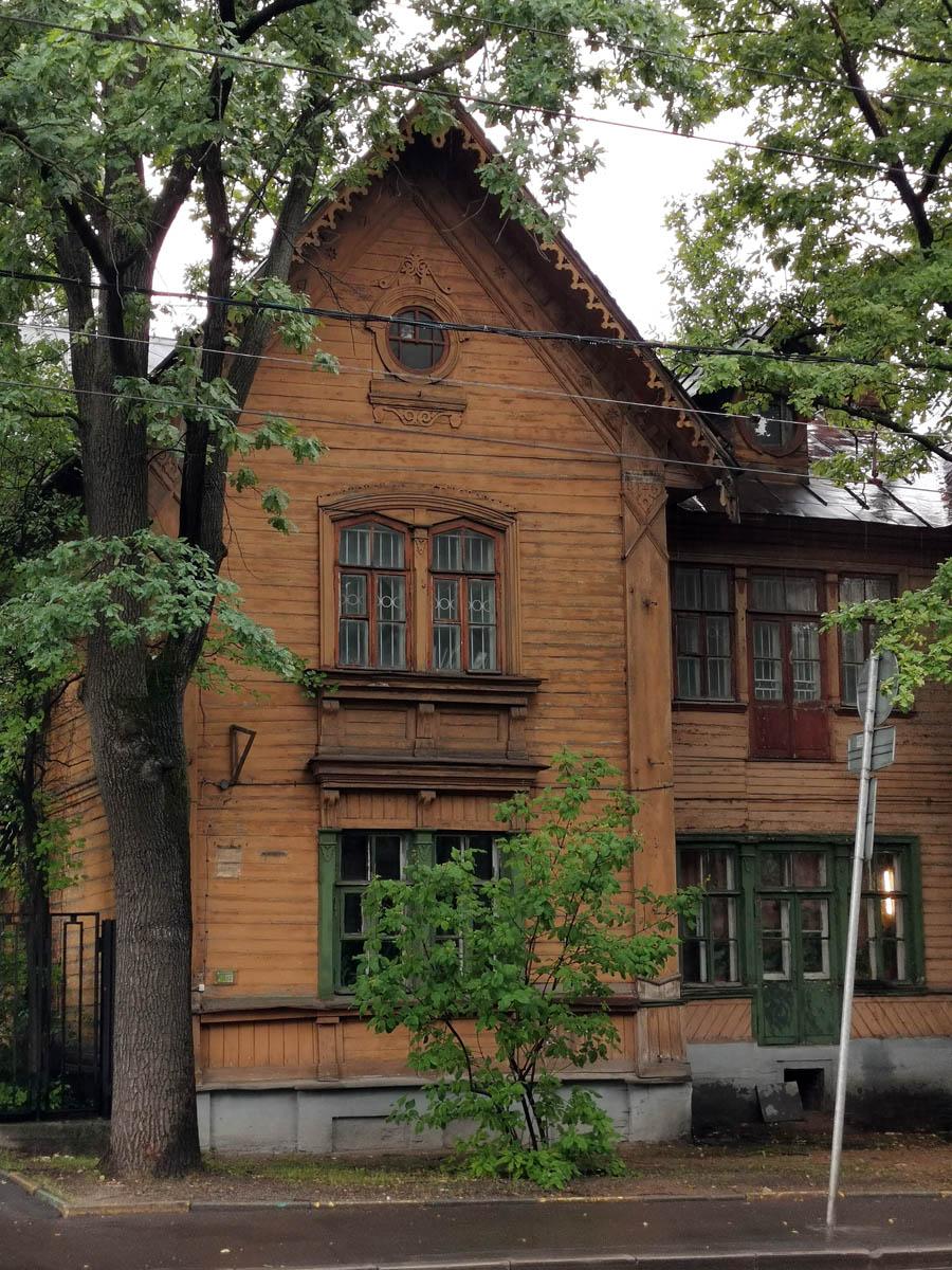 А это уже типовой лондонский проект 1872 г., построен в 1874 г. Здесь в 1893–1939 гг. жил и работал ученый-почвовед В. Р. Вильямс.