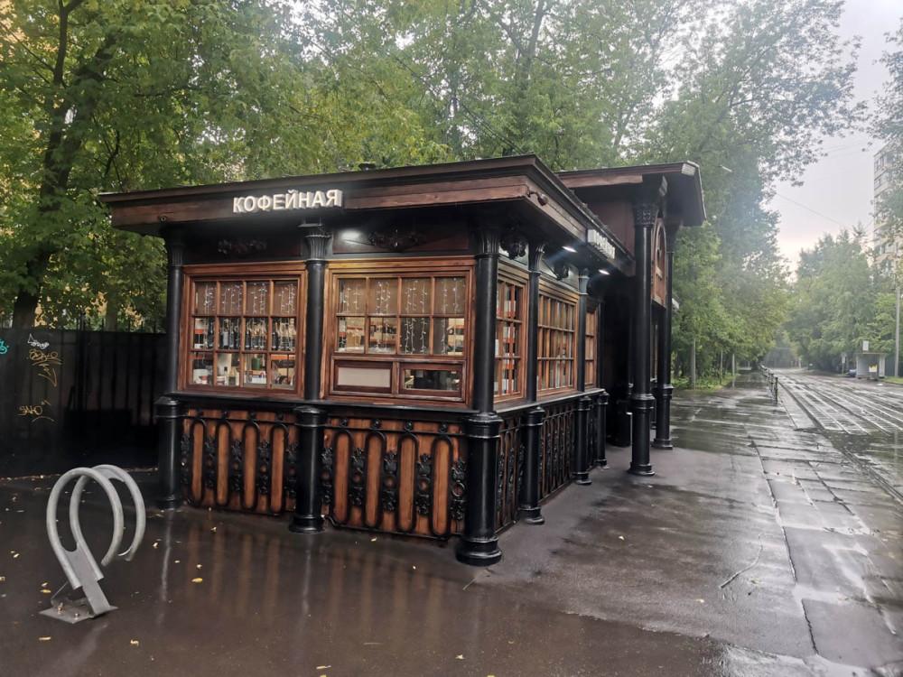 #уличныекофейни. Теперь в этих помещениях расположены кофейня (кофе, кстати, там не плохой) и овощной ларек.